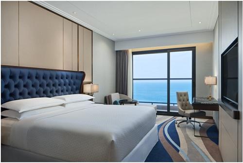 Tầm nhìn ra biển Mỹ Khê Đà Nẵng của khách sạn.