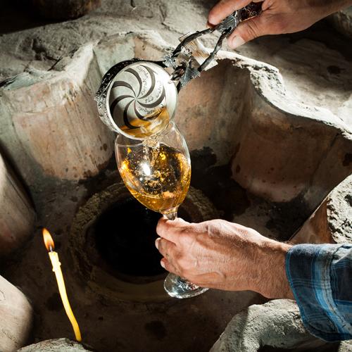Người Syria uống bia để thư giãn từ thời xa xưa. Bia được tìm thấy trong các viên thuốc Ebla, có niên đại từ năm 2.500 trước CN. Ngày nay, nước này có hai loại bia và cả hai đều do nhà nước sản xuất. Ảnh: NatGeo.