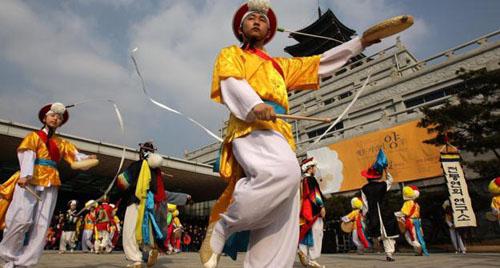 Người Hàn Quốc vẫn tính tuổi theo tuổi mụ, giống Việt Nam. Ảnh: BBC.