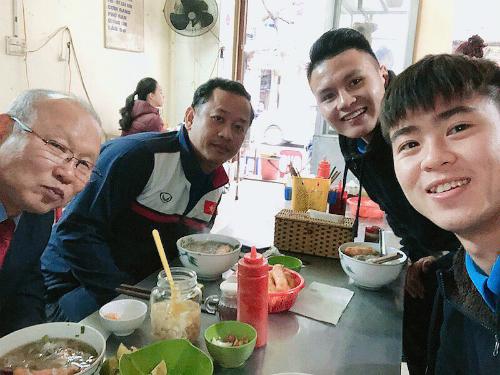 Duy Mạnh và Quang Hải đưa thầy Park cùng trợ lý Lê Huy Khoa đi ăn phở. Ảnh:Duy Mạnh.