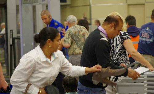 Quy định cởi giày khi kiểm tra an ninh được áp dụng tại sân bay nhiều quốc gia trên thế giới. Ảnh: Flickr.