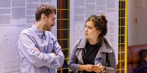 Trò chuyện với đồng nghiệp vào đầu ngày giúp không khí sôi nổi hơn. Ảnh:Flickr.