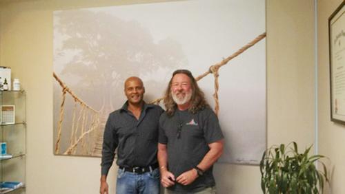 Skip Nall (bên phải) chụp cùng đồng nghiệp trước bức ảnh để đời. Ảnh:Skip Nall.