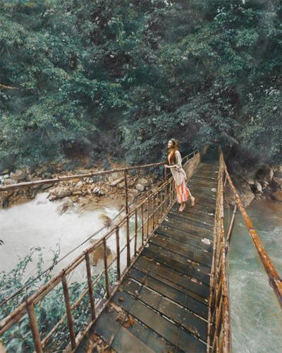 Blogger gốc Việt cho biết, cô không thể chụp được tấm hình như bản gốc do cây cầu khá nguy hiểm. Ảnh:Sarah Trần.