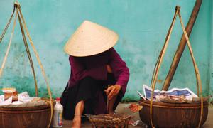 Khách Tây thấy tội lỗi vì mặc cả tiền mua ấm trà ở TP HCM