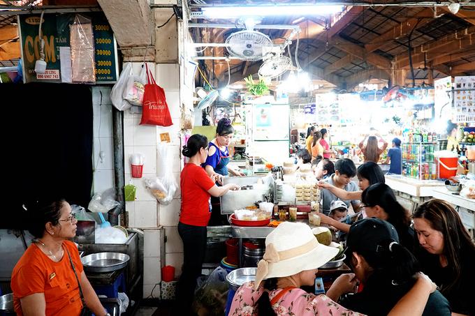 """<p class=""""Normal""""> Theo chủ sạp chè nhỏ nằm trong góc chợ Bến Thành, quán mở từ năm 1968, đến nay vừa tròn 50 năm. Các công đoạn nấu chè được làm tại nhà ở quận 10. """"Mỗi ngày chúng tôi bắt đầu nấu từ khoảng 1h30 để kịp mang ra bán lúc 6h"""", chị Linh, nhân viên quán nói.</p>"""