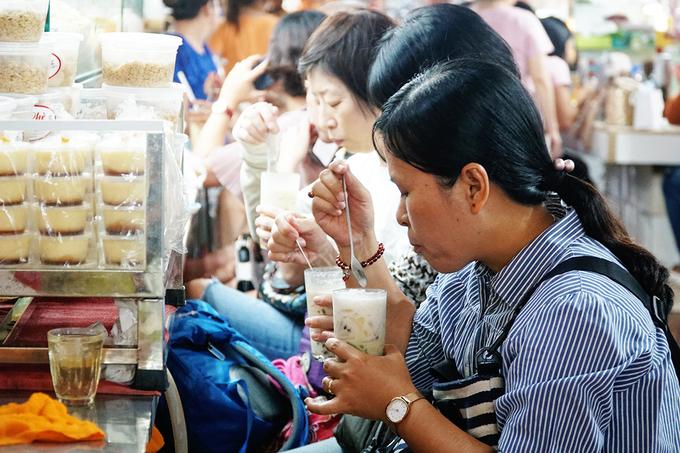 """<p class=""""Normal""""> Quán mở đến 6h chiều. Bạn cũng có thể kết hợp thăm thú chợ Bến Thành sau khi ăn chè.</p>"""