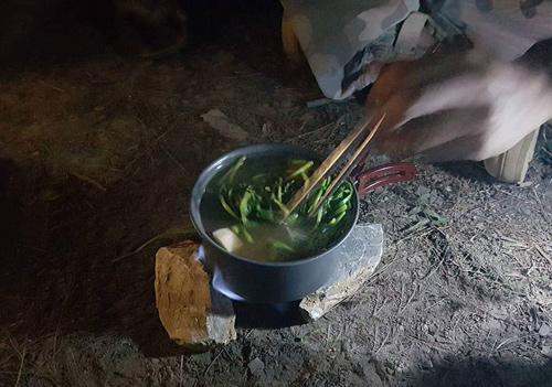 Một bếp như vậy có thể đun được nồi nhỏ; nếu muốn ăn lẩu, bạn cần dùng hai bếp.