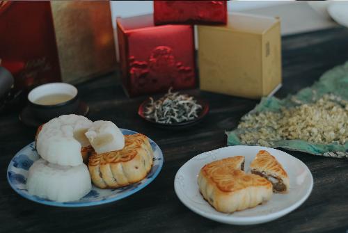 Bên cạnh cái ngọt thanh của bánh, sự dẻo mềm và thơm hương lúa non của cốm cũng khiến một bữa tiệc ngắm trăng thêm thi vị.