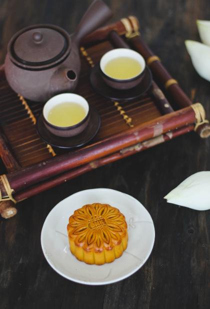 Người Hà Nội ưa dùng trà mạn hoặc các loại trà ướp cùng tinh hoa của đất trời như sen, ngâu, nhài, cúc... Trà mạn là loại trà không ướp hương, đòi hỏi sự tinh tế trong khâu pha chế. Còn trà sen là niềm tự hào của người Hà Nội, bởi từ khâu chọn hoa đến cách tẩm ướp, pha chế không nơi nào sánh được.
