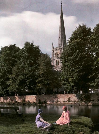 Hai người phụ nữ ngồi bên bờ sông Avon ở Stratford, Anh. Ảnh:CLIFTON R. ADAMS