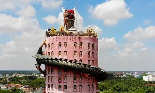 Ngôi chùa 17 tầng có hình rồng quấn quanh ở Thái Lan