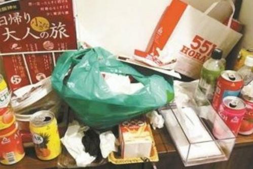 Căn phòng ngập rác sau khi 3 nữa du khách Trung Quốc rời đi. Nguồn: The Star.