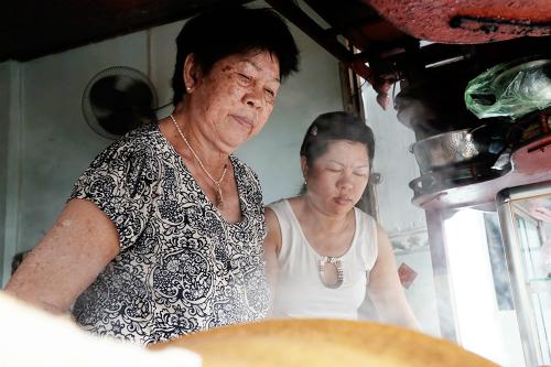 Vợ ông Há (bên trái trái) cùng con gái đang chuẩn bị món ăn cho khách. Ảnh: Di Vỹ.