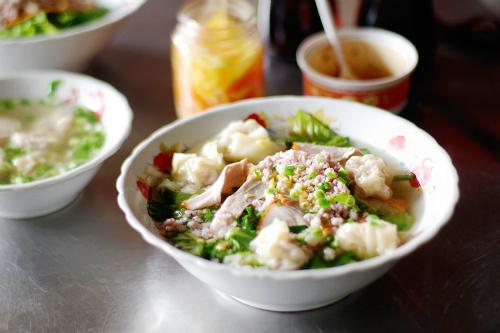 Giá cho mỗi suất ăn dao động từ 30.000 đến 50.000 đồng. Ảnh: Linh Sea.