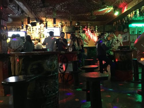 Những vị khách trong quán bar. Ảnh:Fulltime Explorer.