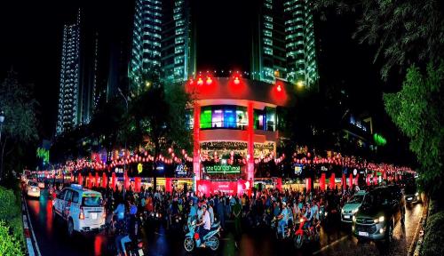 Nằm ngay khu vực trung tâm quận 5 sôi động và giàu màu sắc văn hóa, cảnh trí rực rỡ về đêm của The Garden Mall giúp nơi đây trở thành điểm đến nổi bật của người dân thành phố và khách du lịch vào các dịp lễ hội.