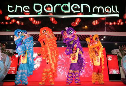 Chương trình biểu diễn đêm hội trung thu được tổ chức ngoài trời để tất cả mọi tầng lớp khán giả đều được dịp hòa mình, tận hưởng khoảnh khắc lễ hội rực rỡ và trọn vẹn.