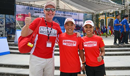 Anh Nguyễn Tiến Hùng (giữa), vô địch cự ly 100 km nam, với thành tích 14 giờ 45 phút.