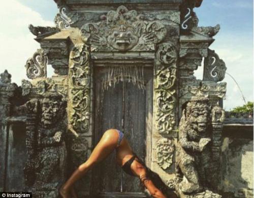 Ngày càng nhiều du khách ăn mặc phản cảm và có hành vi thiếu tôn trọng khi đến những khu linh thiêng ở Bali. Ảnh: Instagram.