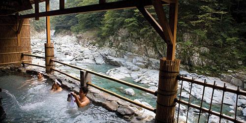 onsen ở Nhật thường mở ra ở khu vực có phong cảnh rất đẹp, để người tắm vừa nằm thư giãn, vừa ngắm nhìn khung cảnh. Ảnh: BBC.