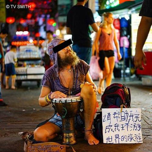 Khách Tây ăn xin ở châu Á. Ảnh:TV Smith.