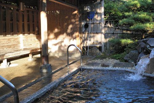 Tắm Onsen là truyền thống lâu đời của người Nhật. Ảnh: Japan Times.