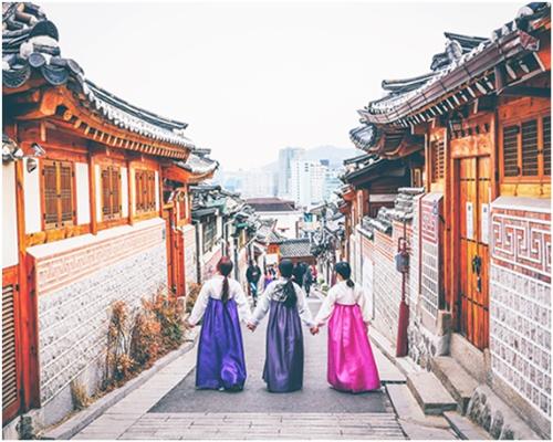 Du khách có thể thuê Hanbok và chụp hình tại làng cổ Bukchon.