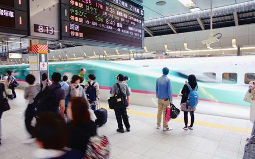 Một chiếc shinkansen giống như một chiếc xe buýt hơn là một chiếc máy bay, và bạn sẽ có cơ hội để chứng kiến tốc độ nhanh như đạn bay của nó. Ảnh:Gaijinpot.