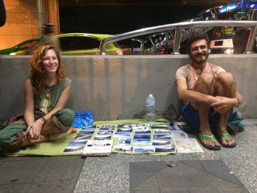 Phượt thủ phương Tây bán bưu thiếp dạo ở Bangkok. Ảnh:Solo Traveller.