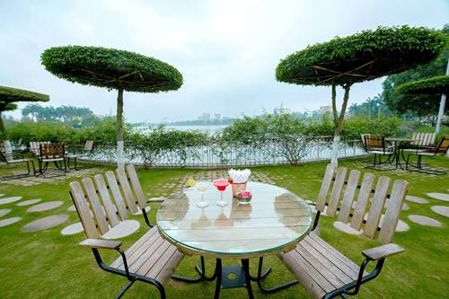 Vào một tiết sáng đẹp trời, ngồi bên cốc cà phê thơm lừng được pha chế đúng phong cách Italy, phóng tầm mắt ra nhìn mặt hồ xanh ngắt, trên bờ các loài hoa đủ sắc đua nhau khoe màu, nghe tiếng nhạc du dương bên tai, du khách sẽ có được những phút giây thư giãn.