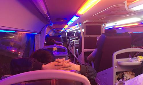 Nhiều hành khách không thắc dây an toàn dù đã được nhân viên xe yêu cầu. Ảnh: NVCC.
