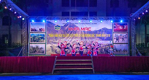 Các tiết mục múa hát truyền thống được biểu diễn trong buổi khai mạc.
