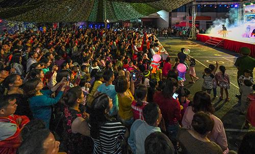 Rất đông người dân và du khách đến tham dự buổi lễ khai mạc tối nay.