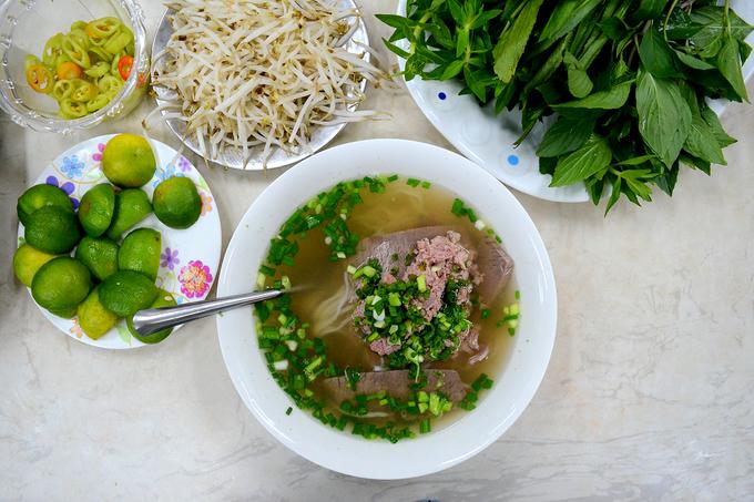 <p> <strong>Khách Tây nghĩ</strong>: Món ăn phổ biến của Việt Nam là phở bò nên sẽ ăn món này đủ 3 bữa một ngày. Ảnh: <em>Di Vỹ.</em></p>