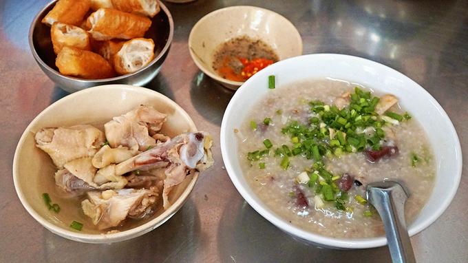 <p> <strong>Thực tế:</strong> Nhiều khách Tây đã phải thốt lên, Việt Nam có quá nhiều đồ ăn ngon. Kế hoạch ngày ăn phở 3 bữa của họ đã bị phá sản hoàn toàn. Thay vào đó, họ có rất nhiều món khác để thưởng thức như bún chả, nem nướng, bánh mì, các món cuốn... trong suốt hành trình khám phá dải đất hình chữ S. Ảnh: <em>Di Vỹ.</em></p>