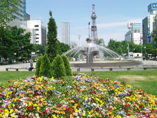 Đài phun nước trong quảng trường ở công viên Odori (theo T.Sasaki)