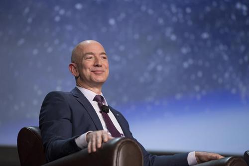 Bezos trở thành tỷ phú giàu nhất thế giới, theo xếp hạng của Forbes. Ảnh: Sun.