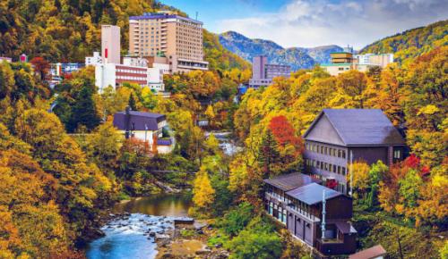 Suối nước nóng Jozankei OnsenNằm ở phía nam thành phố Sapporo, suối nước nóng Jozankei Onsen vừa có thể thỏa mãn nhu cầu nghỉ dưỡng, vừa là điểm chụp hình sống ảo cho du khách. Jozankei Onsen còn được biết đến như một địa diểm lí tưởng đế ngăm lá đỏ vào mùa thu ở Nhật Bản. Ảnh: medium.