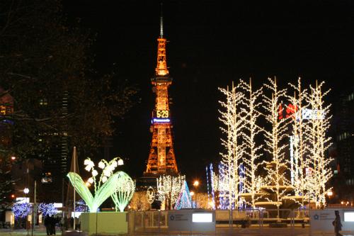 Tháp truyền hình SapporoTháp truyền hình Sapporo được xem là biểu tượng của thành phố Sapporo. Từ tầng ba của tháp, đi tháng máy 60 giây bạn có thể di chuyển lên được Đài viễn vọng cách mặt đất 90,38m. Từ trên Đài quan sát, du khách có thể ngắm toàn cảnh bốn mùa của công viên Daisuke, đồng bằng Ishigari rộng lớn. Nếu thời tiết tốt, bạn còn có thể nhìn thấy núi xung quanh thành phốSapporo và biển Nhật Bản từ xa. Ảnh: Enjoy Japan.Các điểm đến hấp dẫn khác của Nhật, xem tại đây.