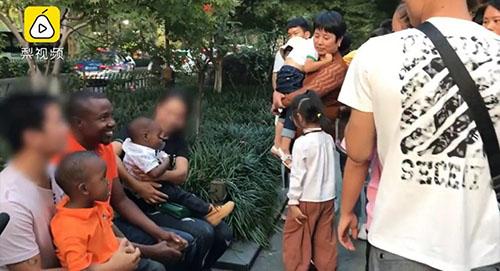 Ban đầu, khi có nhiều khách hiếu kỳ đến nhìn mình, nhóm du khách vẫn cười vui vẻ. Ảnh: Shanghaiist.