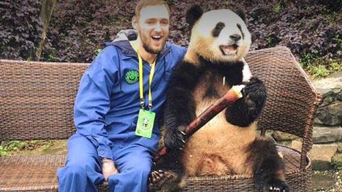 Jamie dành thời gian để làm quen với người dân địa phương khi tới Trung Quốc. Ảnh: BBC.