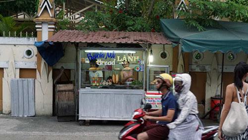 Bánh Mì Lành là một gian hàng khá nhỏ gần chùa Nam Quang trong suốt 30 năm. Ảnh: CNN.