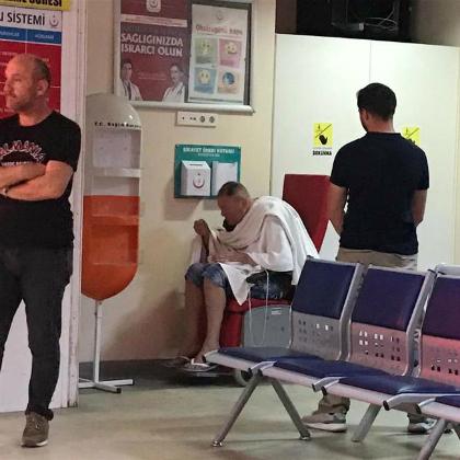 Cảnh sát mặc thường phục trông coi Campbell 24/24. Ảnh:Hurriyet Daily News.