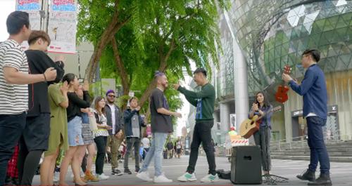 Qua đó, người xem thấy một Singapore vừa hiện đại, vừa cổ kính và tràn đầy năng lượng. Hàng loạt trải nghiệm hấp dẫn từ những hộp đêm nổi tiếng đến các khu phố nhộn nhịp hiện lên đầy sống động qua từng khung hình, tái hiện một đất nước Singapore dành riêng cho các bạn trẻ không chỉ vui chơi, mà còn tha hồ giao lưu, gặp gỡ.