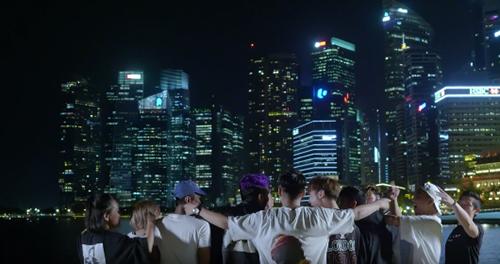 Đặc biệt hơn, những tín đồ tiệc tùng còn có thể theo chân hai nghệ sĩ trẻ sống trọn từng phút giây với âm nhạc tại các quán bar và hộp đêm hàng đầu Đảo quốc, từ Wala Wala  quán bar truyền thống với nhạc sống tuyệt vời từ các nhóm nhạc địa phương đến ZOUK Singapore - Club được xếp hạng thứ 3 Thế giới (2018) sở hữu hàng loạt DJ và những bản phối hiện đại trứ danh.