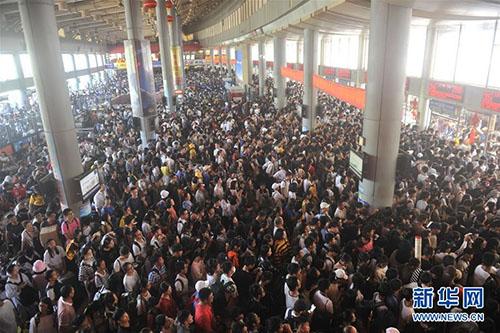 Gần nửa dân Trung Quốc đi du lịch trong tuần lễ vàng, theo website đặt dịch vụ du lich trực tuyến Ctrip. Ảnh: News.cn.