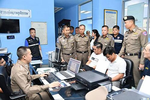 Hai nghi phạm đang bị cảnh sát ở đồn Lumpini, Bangkok hỏi cung. Ảnh: Bangkokpost.