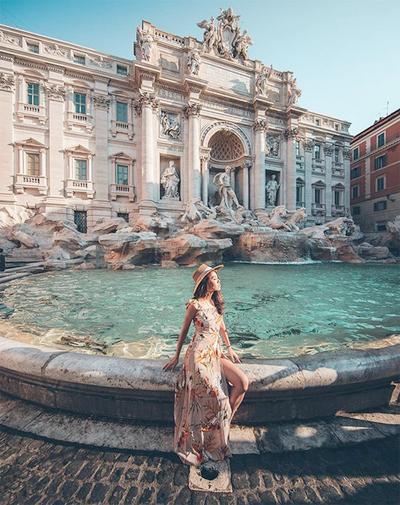 Cô gái Hong Kong đầu tư váy áo để có khoảnh khắc đẹp tại các điểm du lịch nổi tiếng.