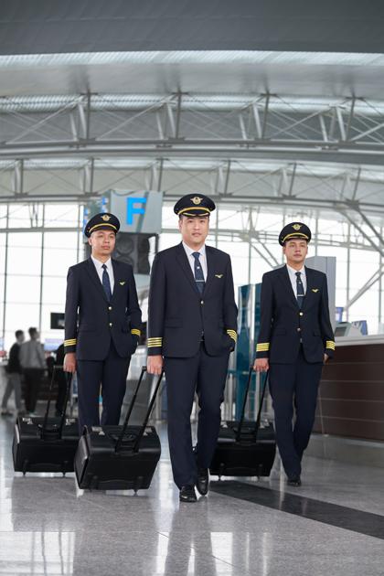 Phi công là nghề mơ ước của nhiều người, vì lương cao và được đi khắp nơi trên thế giới miễn phí. Ảnh: Vietnamairlines.